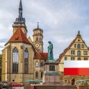 W tej nowej lekcji dowiesz się wszystkiego o historii kościoła Stiftskirche w Stuttgarcie. Znajduje się w samym sercu miasta i tuż obok Starego Pałacu na Schillerplatz. W okresie świąt Bożego Narodzenia znajdziesz tutaj targ bożonarodzeniowy.