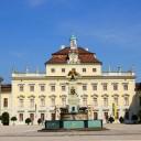 Conheça o palácio barroco de Ludwigsburg. O amplo jardim e o encantador jardim de contos de fadas irão inspirá-lo. Aprenda tudo em 9 lições curtas.
